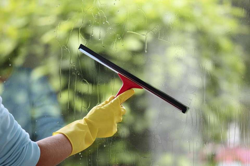 Nettoyage des vitrages   Crédit photo : Shutterstock