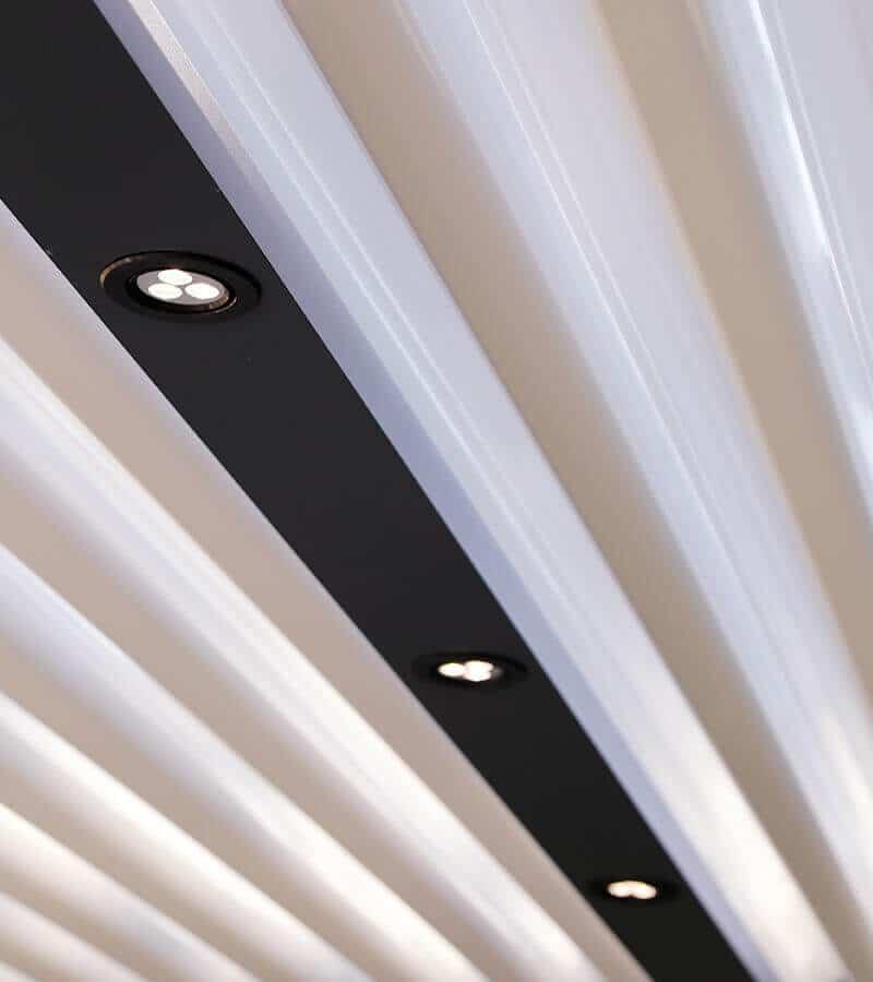 Les spots LED sont un éclairage idéal pour une pergola   Source photo